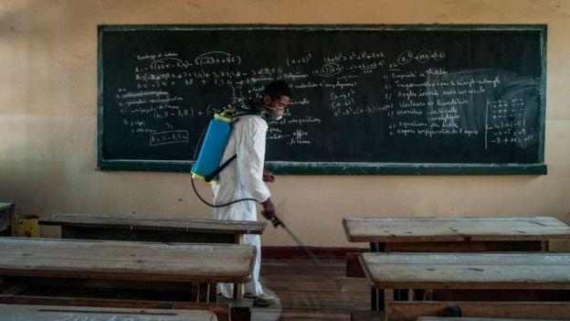 یک مرد در زمان شیوع طاعون سال ۲۰۱۷ مشغول ضدعفونی کردن مدرسهای در ماداگاسکار