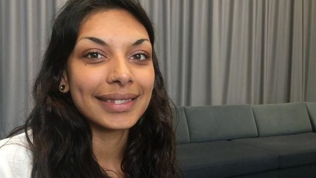 Laura Shah sorri para foto