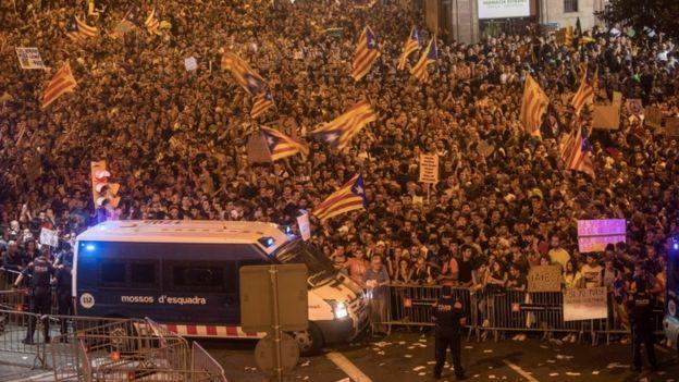 Miles de manifestantes en Barcelona protestaron el 3 de octubre.