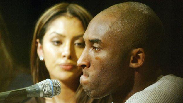 Kobe, 2003 yılında eşi Vanessa ile birlikte bir basın toplantısı düzenlemiş ve tecavüz iddialarını yalanlamıştı.