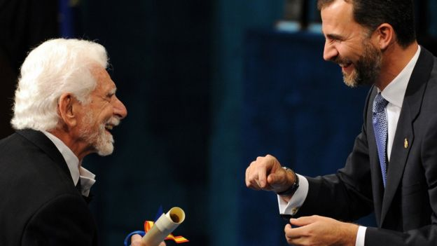 En 2009, Cooper (izq) recibió el Premio de Príncipe de Asturias de Investigación Técnica y Científica del Príncipe Felipe (derecha) de España.