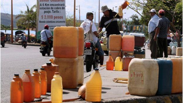 Imagem mostra recipientes com combustível venezuelano na Colômbia e moto sendo abastecida
