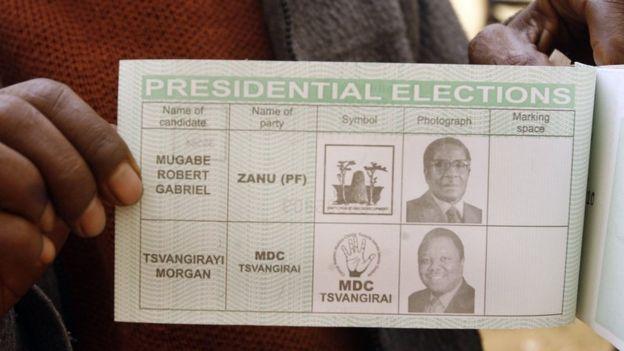 Umunya-Zimbabwe agaragaza urupapuro rwe rw'itora mu cyiciro cya kabiri cy'amatora ya perezida, aha hakaba hari kuri bimwe mu biro by'itora byo ku murwa mukuru Harare, ku itariki ya 27 y'ukwa gatandatu mu 2008.