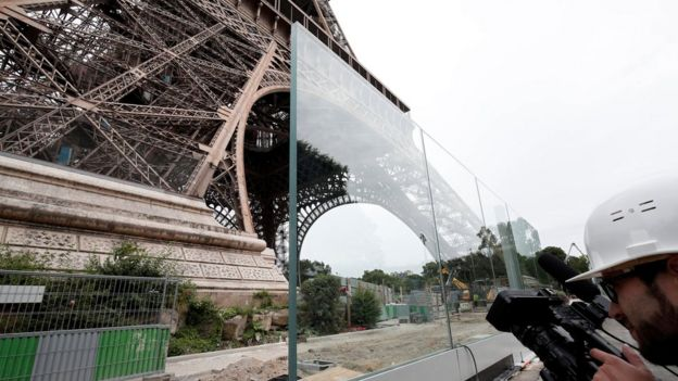 Construction of security measures under the Eiffel Tower