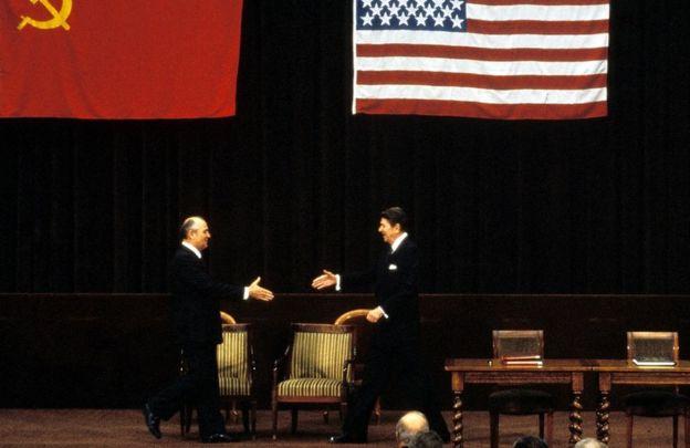 Gorbachev ve Reagan'ın el sıkışmak için birbirlerine doğru yürümeleri.