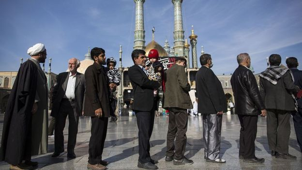 Iranians queue to vote in Qom (file photo)