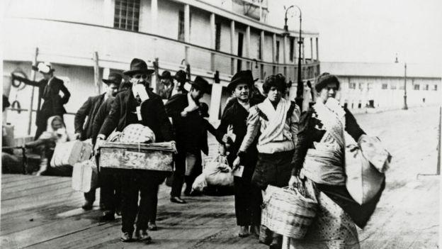 Inmigrantes llegando de Europa en 1920