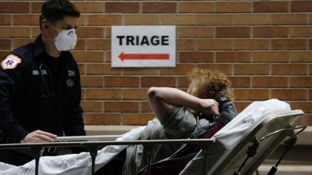 Paramédico empurra maca com paciente em Nova York