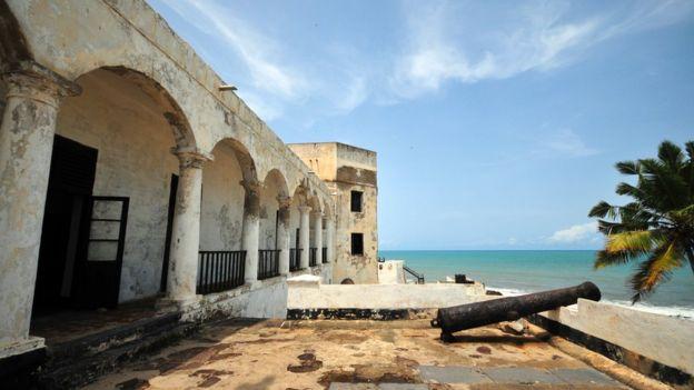 Castelo de São Jorge da Mina, construído pelos portugueses na Costa do Ouro (hoje Gana) em 1482, de onde saíram mais de 30 mil escravos rumo ao Brasil, em navios portugueses