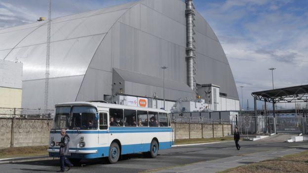 Vista general del sarcófago o domo que cubre el reactor número 4 de la planta nuclear de Chernóbil, Ucrania