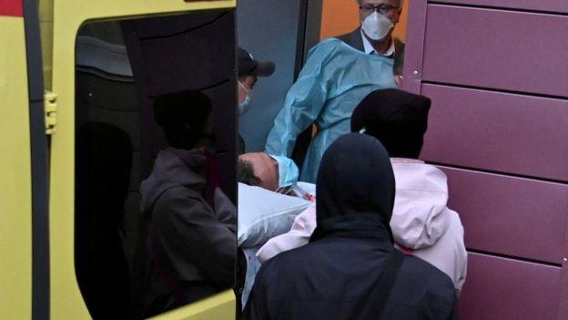 Навального увозят из больницы в Омске
