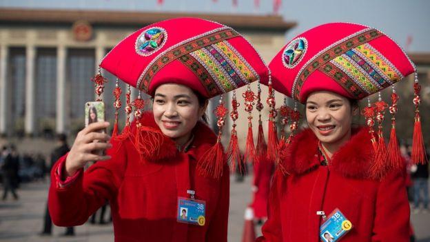 Mujeres chinas con selfie
