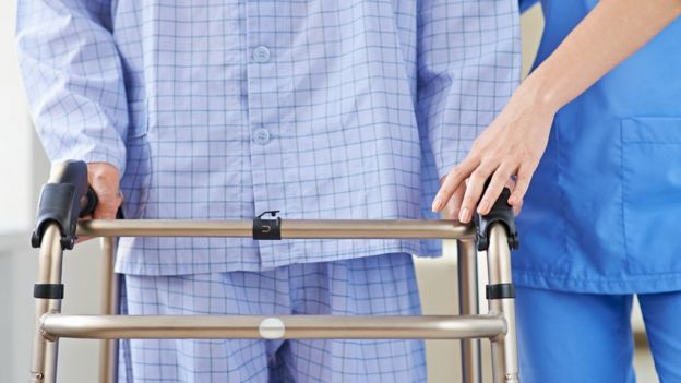 Imagen de un caminador con una persona enferma y una enfermera.