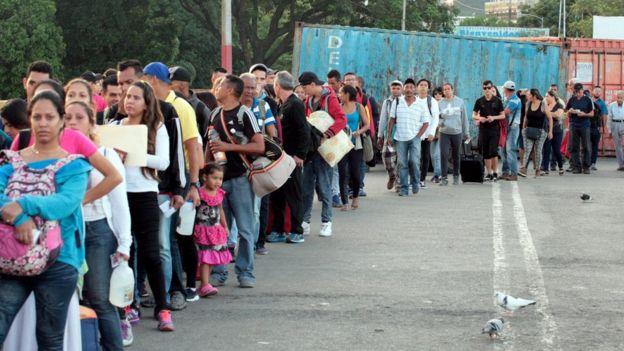 هزاران نفر از مردم ونزوئلا در صف ورود به کلمبیا از طریق مرز کوکاتا