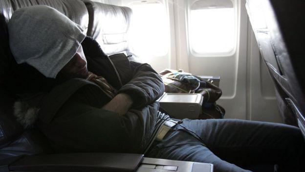 Passageiro de avião dormindo