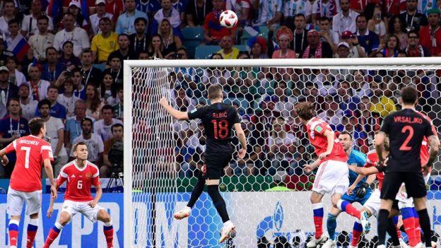 تسديدة على مرمى روسيا واللاعبون يتابعون الكرة