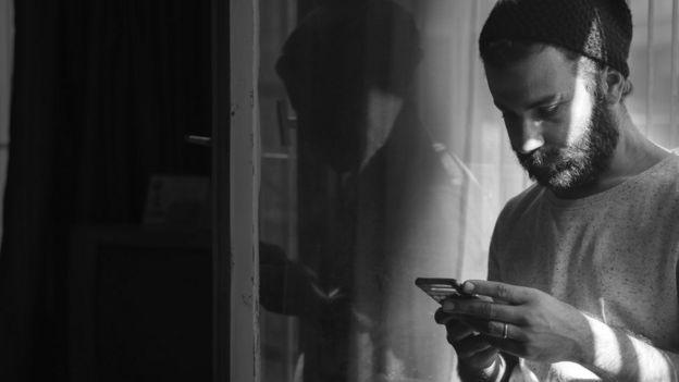 Un hombre viendo el celular