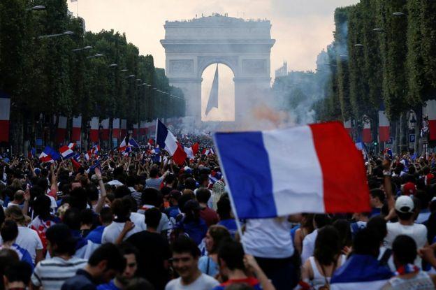 Celebraciones en los campos elíseos de París.