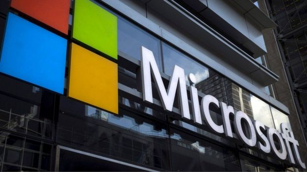 Logo de Microsoft afuera de unas oficinas.
