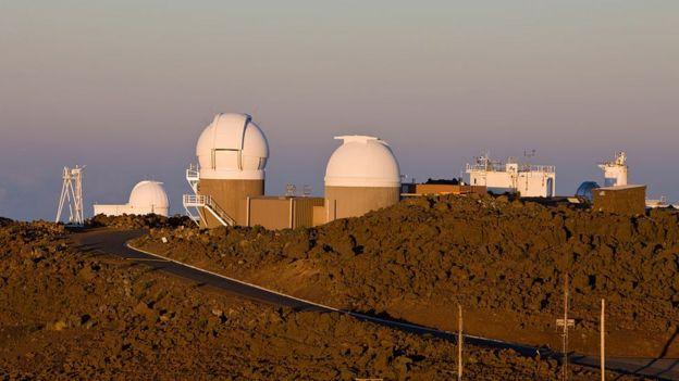 Telescopios en la cima de una montaña de Hawái