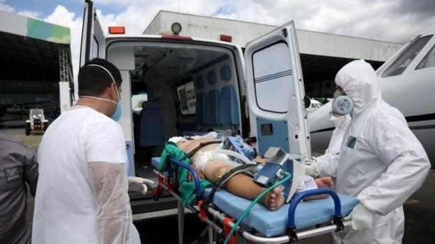 Paciente é transportado em ambulância em Manaus