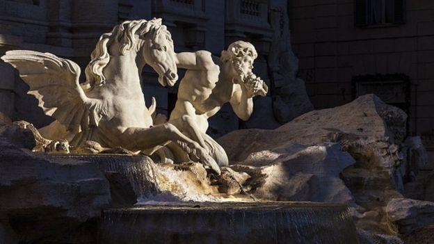 Detalle de la fuente con esculturas en mármol