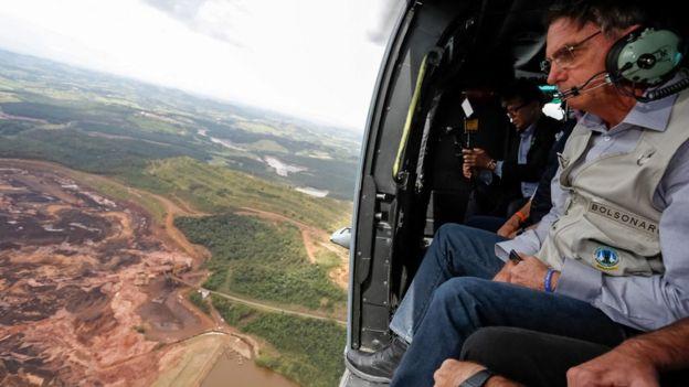 Devlet Başkanı Jair Bolsonaro helikopterle olay yerini inceledi.