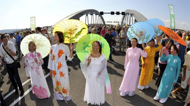 Người Việt ở thành phố Dresden trong lễ khánh thành cầu Waldschloesschen hồi năm 2013.