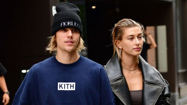 Justin Bieber con su esposa Hailey.