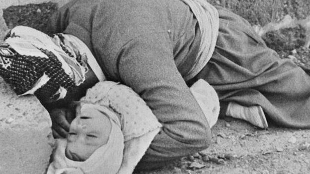 Família curda morta abraçada