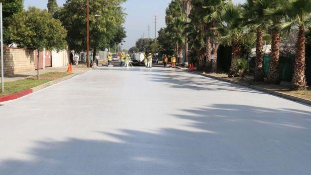 Rua asfaltada com CoolSeal em Los Angeles