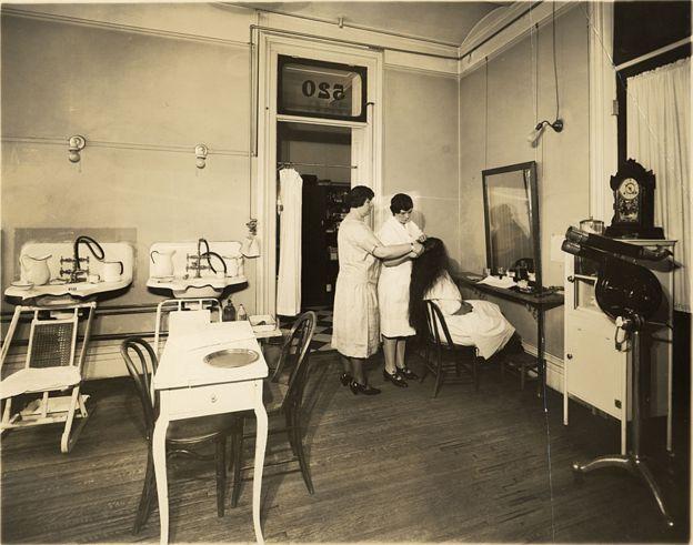 Especialistas del salón haciendo un tratamiento.