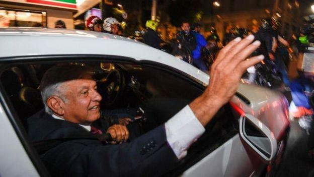 López Obrador saluda a sus seguidores