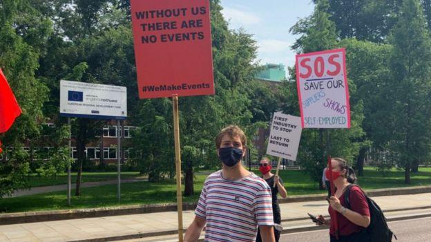 Los activistas participan en una marcha en Manchester