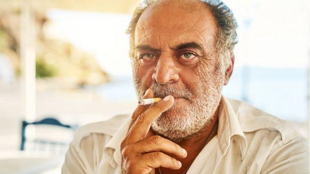ผู้ชายกำลังสูบบุหรี่ในกรีซ