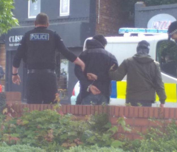 Homem foi preso nesta terça na saída de shopping em Manchester