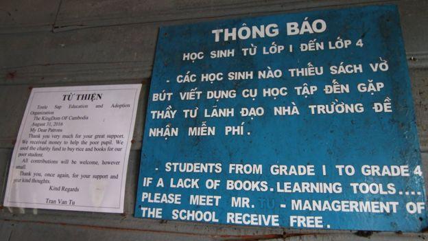 Một thông báo trong một lớp học ở Trường Tiểu học Việt Nam do Quân khư 7 xây dựng