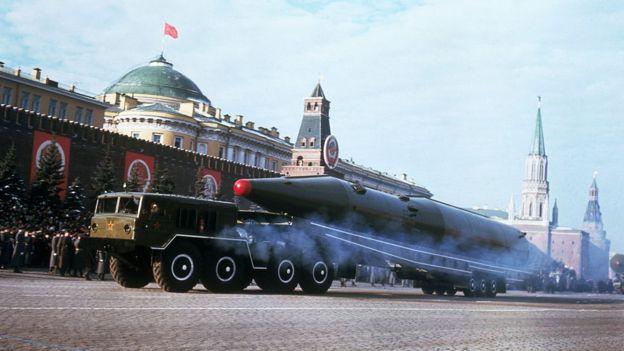 Míssil nuclear soviético em apresentação em 1967