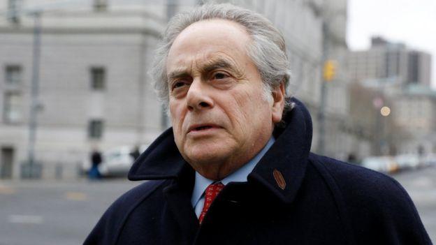 El abogado defensor de Benjamín Brafman en su llegada al juicio contra Martin Shkreli.