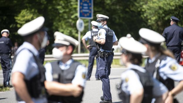Policías alemanes en la frontera entre Alemania y Austria.