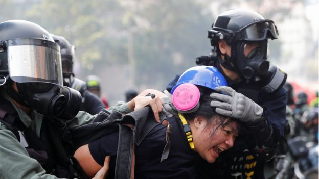 Kampüsten kaçmaya çalışan göstericiler gözaltına alınıyor.