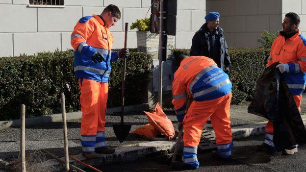 Prisioneros italianos arreglando las calles de Roma.