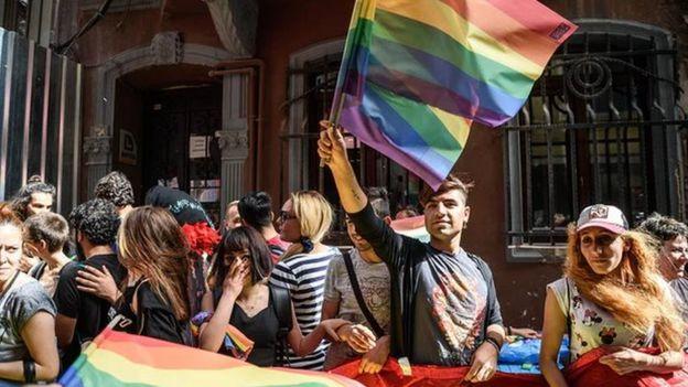 Guardian'daki haberde, LGBTİ gruplarından Pembe Hayat ve Kaos GL'nin valiliğin kararını kınadıkları açıklamalarına da değinilmiş