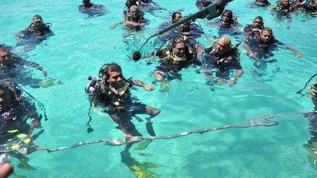 Mohamed Nasheed holds underwater cabinet meeting, 2009
