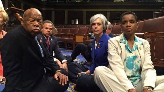 Membros da Câmara sentam-se no chão