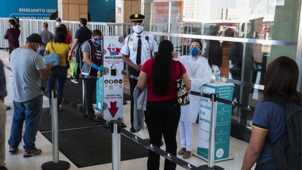 pessoas em area de controle de temperatura depois de governo do Distrito Federal autorizar a abertura de shoppings