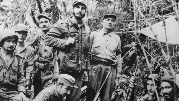 Fidel Castro, Che Guevara e um grupo de guerrilheiros