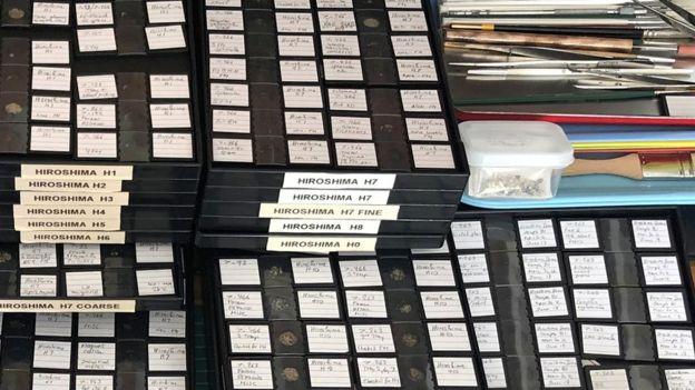 Partículas de Hiroshima clasificadas en diferentes cajas con anotaciones