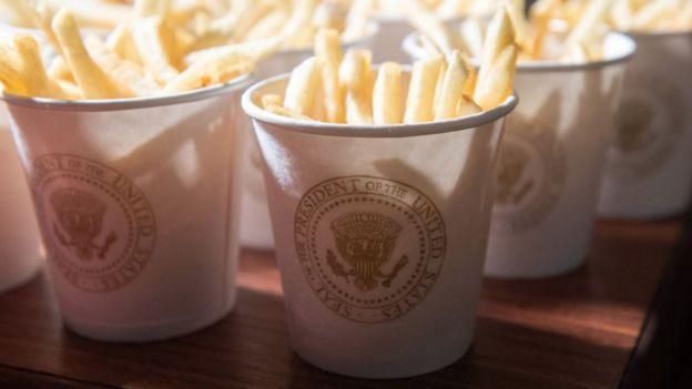 Papás fritas dentro de un vaso que dice Presidente de Estados Unidos.