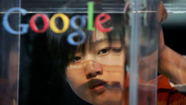 Rosto de mulher chinesa aparece por trás da logo do Google